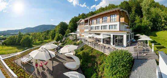 Unser Wellnesshotel auf der Südseite des Bayerischen Waldes. Tolle aussicht und viel Sonne für Ihren Urlaub und Wellness in Bayern.