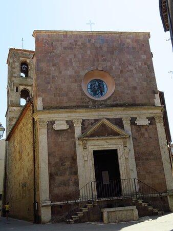 Aspetto esterno della chiesa, alla congiunzione di 2 vie.