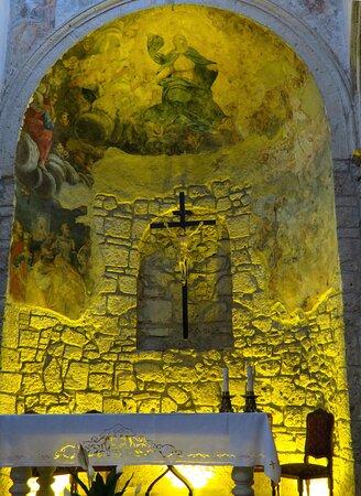 L'abside in stile romanico, in cui sono stati rinvenuto affreschi seicenteschi