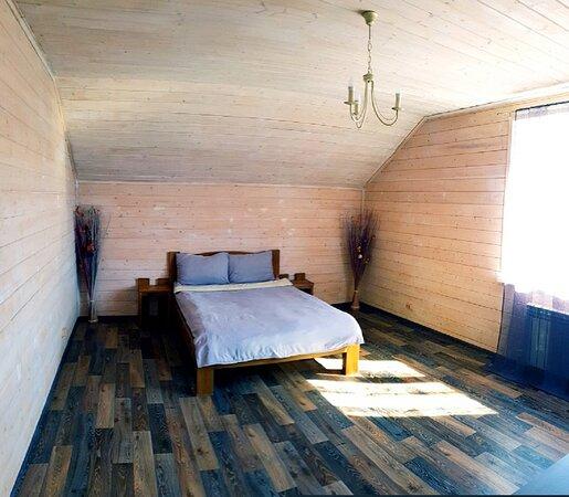 Коттедж полностью оборудование для вашего отдыха.В каждом из коттеджей четыре спальные комнаты с двуместными кроватями.