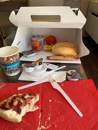 """""""Frühstück"""" mit billigstem Plastikbesteck; keine Teller; Pappbecher; keine Butter; keine Wurst"""