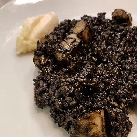 🍚 Arroz negro  👨🍳Menú diario casero 🥄Cocina tradicional 💯% Comida casera ☕Tómatelo en nuestro local o 🛵Take away *  Haz tú pedido ☎️ 93.310.35.07 📲 610.770.666 (whatsapp) Recoge tú comida en: 📍C/ Junqueras 18, Barcelona  Disfruta de tú comida en el centro de Barcelona.