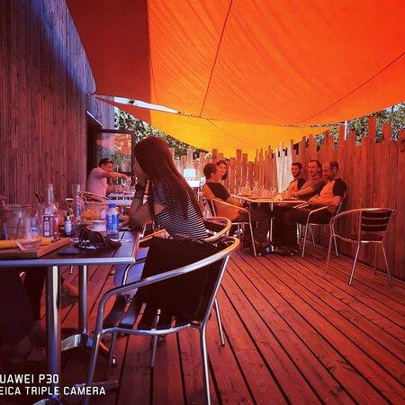 Terrasse ombragée pour vos déjeuners ou soirées de belle saison !