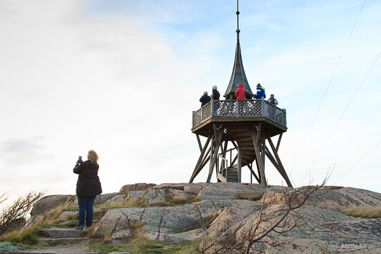 A scenicview spot in Lysekil, enjoyed by a group. From here you have a vista of the sea in all four directions. as well as the central parts of the town Lysekil
