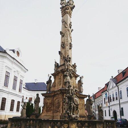 """וספרם, הונגריה: Egyetemi város,a királynék városa.A város neve a szlávbezpremszóból ered, ami köznévként nyelvészek szerint """"egyenetlent"""", """"dimbes-dombost"""" jelentett, utalva Veszprém természeti adottságaira.Bár a hagyomány szerint Veszprém 7 dombra épült, valószínűbb, hogy a völgyekben való megtelepedés időben megelőzte a dombok beépülését.További látnivalók: Szentháromság-oszlop,Ún. Nagypréposti palota,Gizella Királyné múzeum,Püspöki palota, Tűztorony, Várkapu(Hősi kapu),Várkút,Szent György-kápolna. """