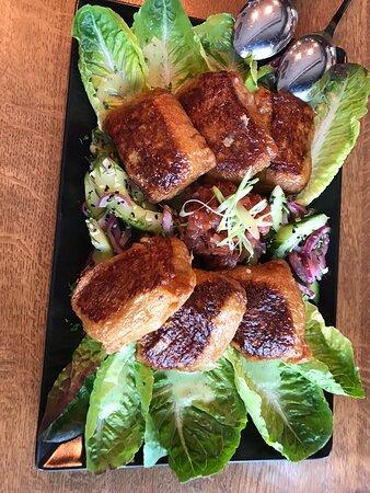 Tofutaschen gefüllt mit saurem Bohnen-Kartoffelstamf, Birnensalsa, Gurkensalat, vegan