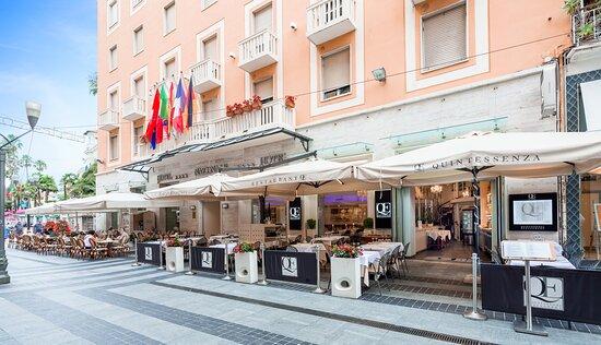 Ristorante Quintessenza sull'isola pedonale Restaurant Quintessenza on the pedestrian street