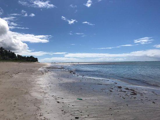 Praia de águas calmas e tranquilas. Caminhar com a maré seca e depois parar para tomar uma cervejinha gelada é bom dmais!!