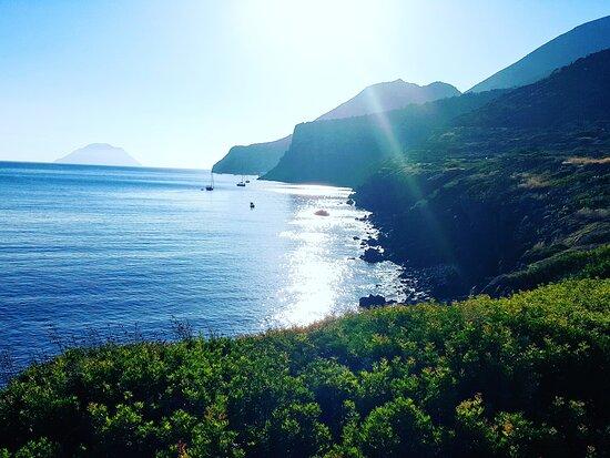 Alicudi, Ιταλία: Tramonto sulla spiaggia delle punte . Filicudi , isole Eolie  , Messina