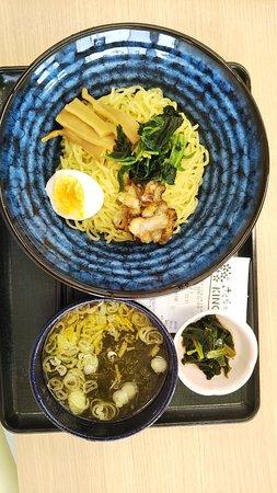 復興した富岡駅内の食堂