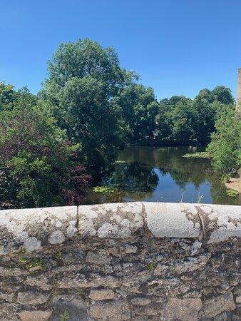 Un petit pont, une grande histoire, un charme fou. Il était, jusqu'à la construction du viaduc, au 19ème siècle, le passage obligé pour les voyageurs circulant de Nantes à Poitiers. Classé en 1922, concomitamment au pont de la vallée, il fut construit au 15ème siècle comme ce dernier. En granit, il a probablement été bâti pour remplacer un édifice en bois. L'endroit est romantique, ce petit pont enjambe la Moine juste avant son arrivée dans la Sèvre Nantaise