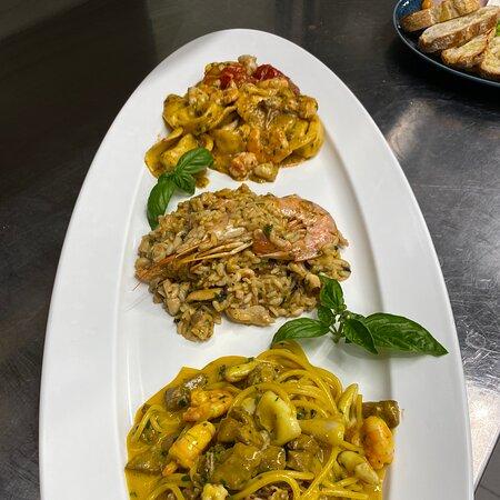 Spaghetti alla carbonara, risotto alla marinara e tortellaci ripieni di crostacei