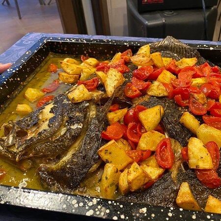 Rombo al forno con patate, pendolini e olive