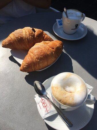 Cappuccino e croissant