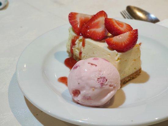 Yeovil, UK: Wild strawberry cheesecake cake and ice cream