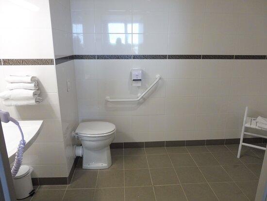 Saint-Contest, Francia: salle de bains PMR