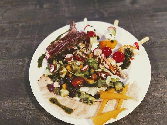 Des salades fraîches avec des produits du terroir