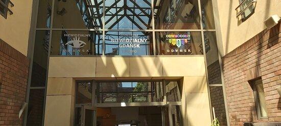Znajdziesz nas w samym centrum Gdańska! Znajdujemy się vis a vis Forum Gdańsk, dwie minuty od niepisanego miejsca spotkań wszystkich Gdańszczan – słynnego budynku LOT. Wejście z prawej strony budynku.