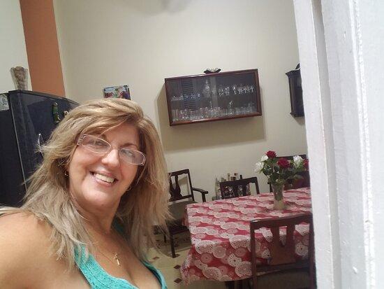 Delia en el comedor de la casa