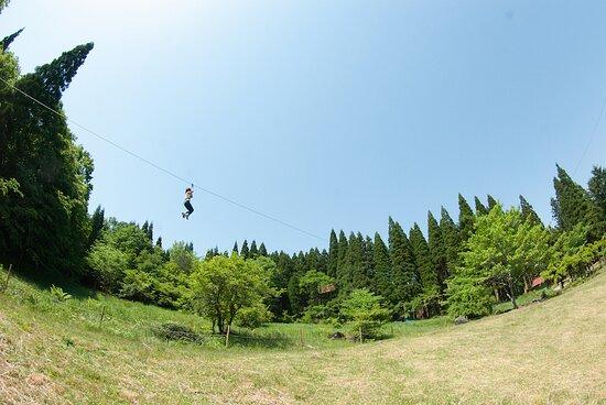 Hatsukaichi, Japonia: 青空を滑空できるジップスライド
