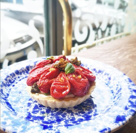 Tartelletta con pomodoro, olive, ricotta e basilico