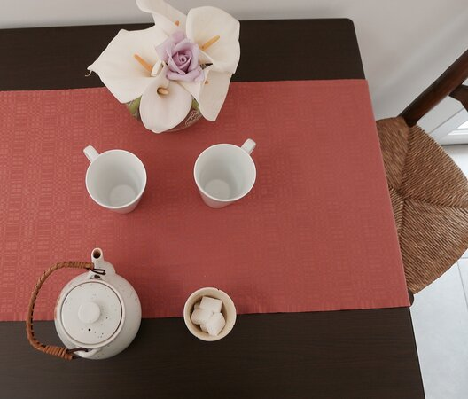 Salle commune - une table par chambre depuis la crise sanitaire