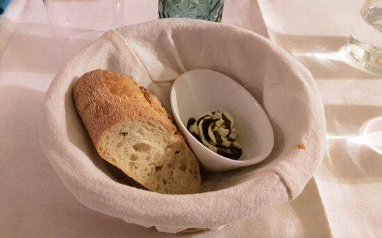 Küchengruß / Weißbrot und Basilikum-Balsamico-Creme