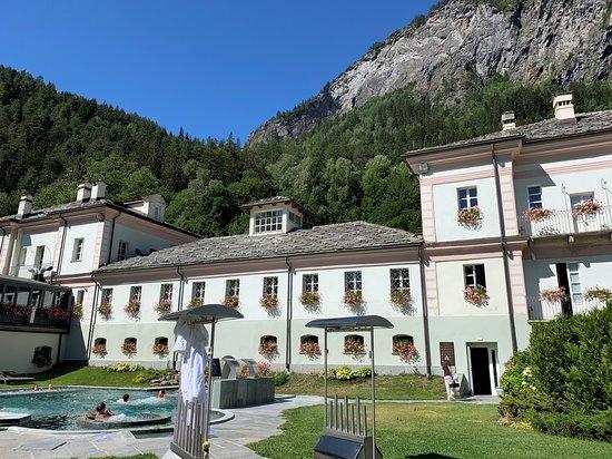 Spa Day at Pre-Saint-Didier in the Aosta Valley: Possibilità di appendere asciugamani e accappatoi prima dell'ingresso nelle vasche esterne