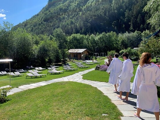 Spa Day at Pre-Saint-Didier in the Aosta Valley: Le diverse vasche all'interno del giardino sono collegate da viottoli comodi e non scivolosi