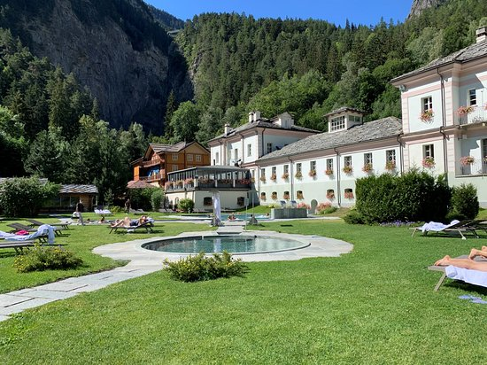 Spa Day at Pre-Saint-Didier in the Aosta Valley: Panoramica del giardino esterno