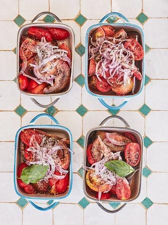 Trío de tomates ibicencos con cebolla morada, y lágrimas de aceite de arbequina.