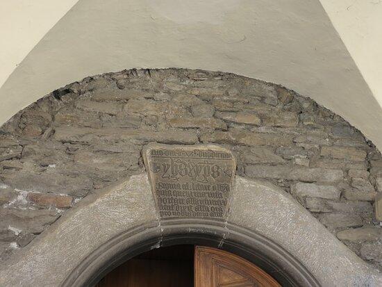 La lapide sopra il portale