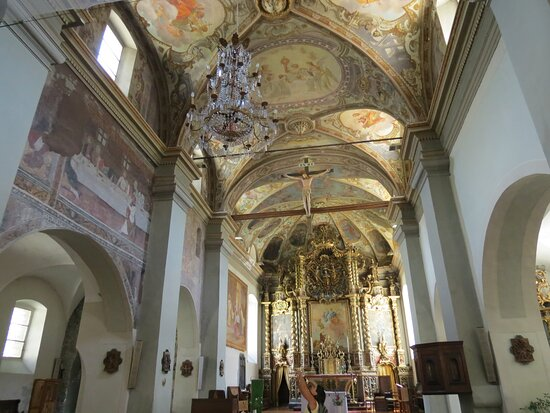 La navata centrale con i preziosi lampadari