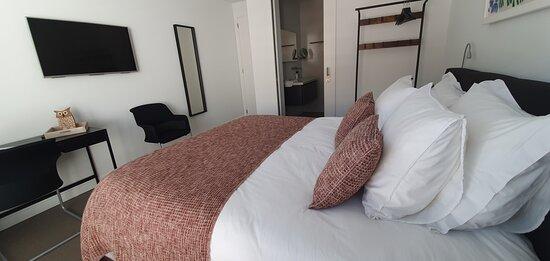 Comfortabel gastenverblijf met 2-persoons lits jumeaux en eigen badkamer met wastafel, regendouche en toilet. Een eigen terras op het zuiden.