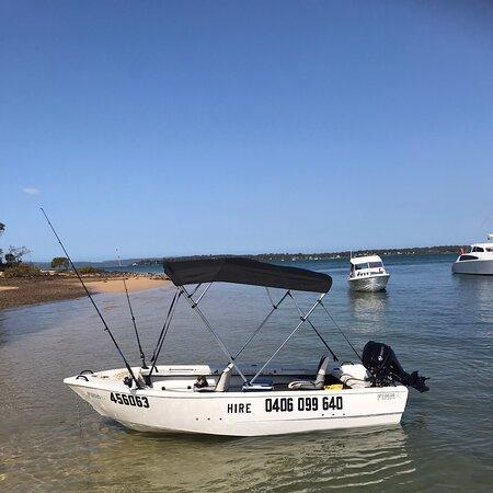 Coochiemudlo Island, Úc: Our 4M Finn Survivor hire boat
