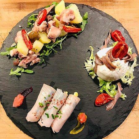 antipasti: involtino di pesce spada e zucchine marinate al pompelmo rosa; insalata di polpo, olive taggiasche e patate; bufala e acciughe del mar cantabrico