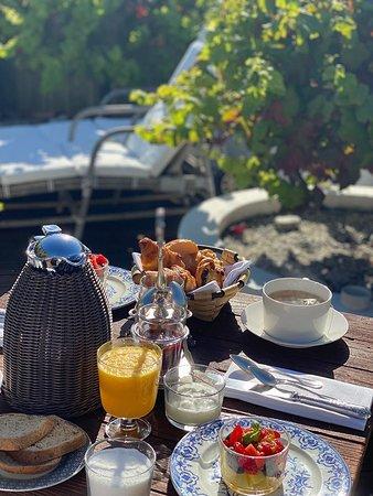 Petit déjeuner sur la terrasse privative de la Suite Manon dans les étoiles