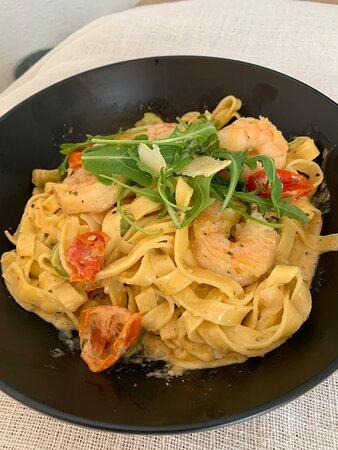 Herkullinen Paronin pasta  tuorella fettucine-pastalla, jättikatkarapuja, toimaattia, avocadoa, valkosipulia    Baron's Pasta: fettuccine with scampi, tomato, garlic, avocado and parmesan ja parmesania.