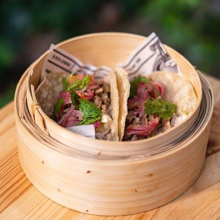 Tacos de aguja de cerdo macerada en chile serrano con ensalada Waldorf y xnippex