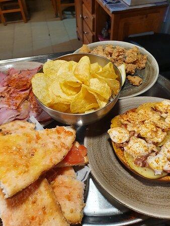 Tapas(lacón a feira+pulpo gallega+pan tomate+ chipirones andaluza+patatas chips)