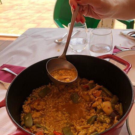 Un trato genial, cocina muy completa, arroz caldoso a la leña, un verdadero placer, si tenéis que comer cerca hacer una parada, merece la pena, comida y trato personal.