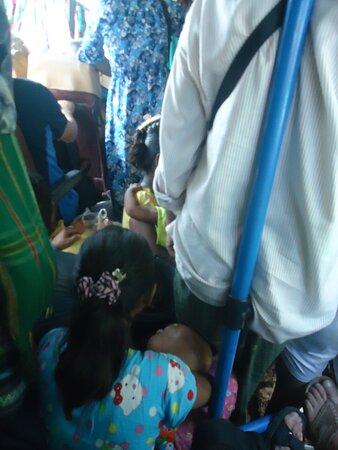 """Hpa An, Birmania: Wsiadła niewiarygodna ilość ludzi , co właściwie tutaj nie powinno dziwić . Między siedzeniami dosłownie  """"ułożyło"""" się bardzo wielu podróżnych."""