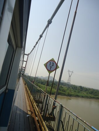 W drodze z Hpa An do Moulmein dwa razy przejeżdża się przez mosty podwieszane na linach ..Przed wjazdem na most z autobusu musiało wysiąść sporo mężczyzn [ aby obniżyć wagę autobusu ]. Dosiadali na powrót po drugiej stronie mostów. Na zdjęciu przejazd przez podwieszony most .