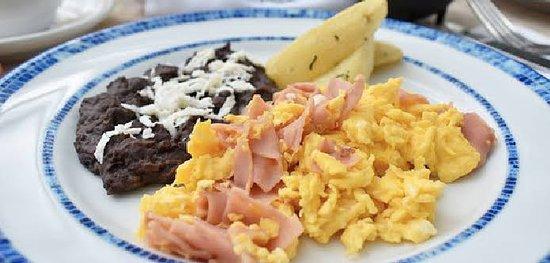 Cancun, Mexico: ⭐Desayunos de todos los dias⭐  1-🍳Huevos al gusto + cafe  ó  jugo de naranja $ 55 pesos  2- 🍛Chilaquiles con carne asada + cafe o jugo de naranja $75 pesos  3- 🌮Enchiladas verdes o rojas con  pollo + cafe o jugo de naranja  $ 65 pesos  4- 🥞Hot cakes con huevo o fruta + jugo de naranja o cafe  $ 65 pesos   5-🍳Huevos al gusto + cafe + jugo+ fruta  $ 75 pesos  6- 🥙Omelet de jamón y queso o champiñones  + jugo de naranja o café $ 70 pesos   *no incluye huevos motuleños y omelet en paquete 1 y