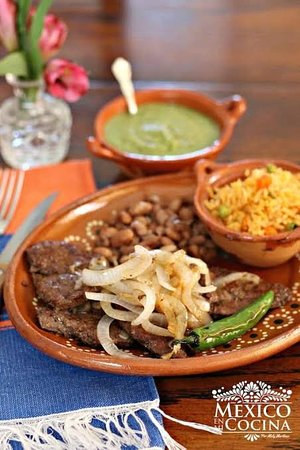 Cancun, Mexico: Higado de res encebollado  $75 pesos Incluye sopa de entrada y un vaso de agua fresca de Jamaica, horchata o tamarindo