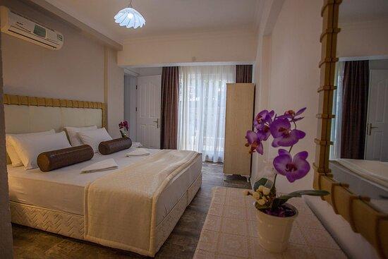 DELUXE ODA  Oldukça geniş ve konforlu olan Deluxe odamız 2 odalıdır.. Odaların birinde 1 adet king yatak, diğerinde 2 tekli yatak vardır. 4 misafirimiz konaklayabilir.  Her oda da banyo bulunmaktadır. Banyolar yenilenmiştir