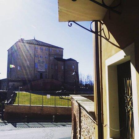 Il Caffè Portici si trova a due passi dal castello del paese