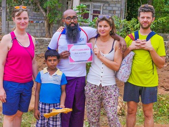 Insieme a alcuni viaggiatori abbiamo portato gli abbigliamenti, la cartoleria alle famiglie bisognose in Sri Lanka. Li abbiamo raccolti durante il cambio di stagione in Italia poi l'abbiamo portato con noi. Durante il tour l'abbiamo distribuiti nel villaggio di Inamaluwa a Sigiriya.