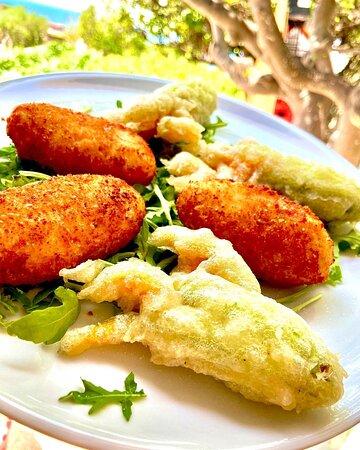 Crocchè di patate fresche dell'orto e fiori di zucca ripieni di ricotta e salame