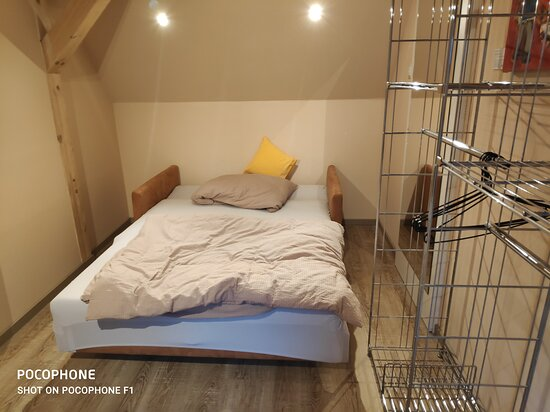 Bequemes Schlafsofa im Wohnbereich - kleiner abgeschlossener Raum mit Fernseher.